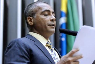 Após recusar teste do bafômetro, Romário bate boca com internautas
