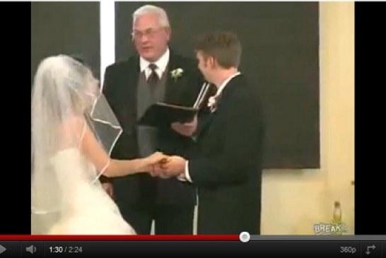 Vídeos Engraçados do You Tube: Noivo fala errado e noiva não consegue parar de rir