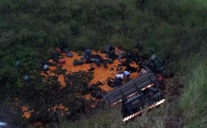 Preso nas ferragens de caminhão, motorista sobrevive a acidente comendo laranjas por quatro dias