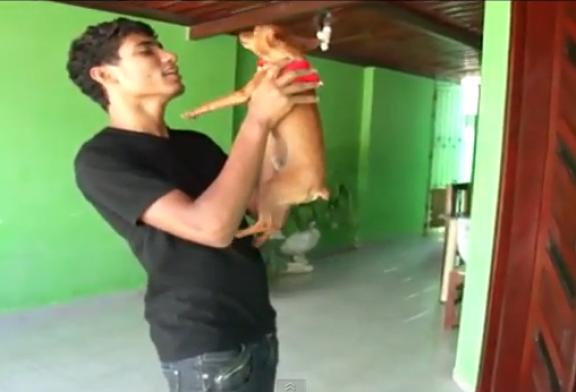 Vídeos  Engraçados do You Tube : Cachorro cantando, É o Amor!!!
