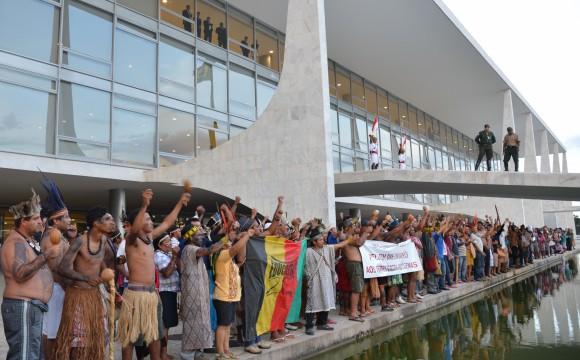 Índios deixam o Palácio do Planalto após protesto sobre demarcação de terras
