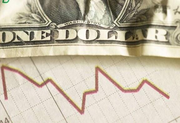 Após bater R$ 2,41, dólar opera em baixa em dia de leilões do BC