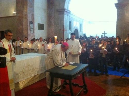 Momento das assinaturas: o patriarca de Lisboa, Manuel Clemente