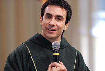 Padre Fábio de Melo critica idolatria a Maria , e diz que só Cristo salva! veja o vídeo