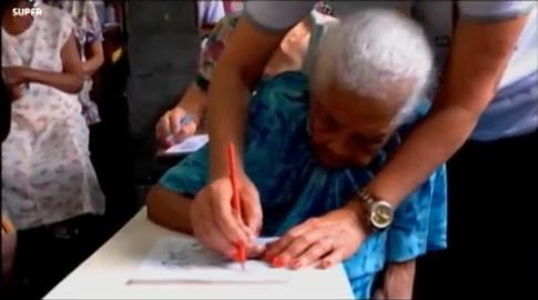 Senhora de 103 anos volta a estudar para ler a Bíblia