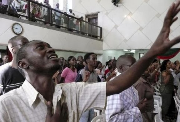 Africanos contrariam orientações sobre epidemia e lotam igrejas clamando pelo fim do surto do Ebola
