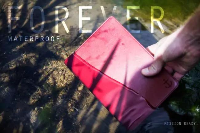 """Projeto lança """"Bíblia indestrutível"""" que seria supostamente capaz de suportar danos do tempo"""