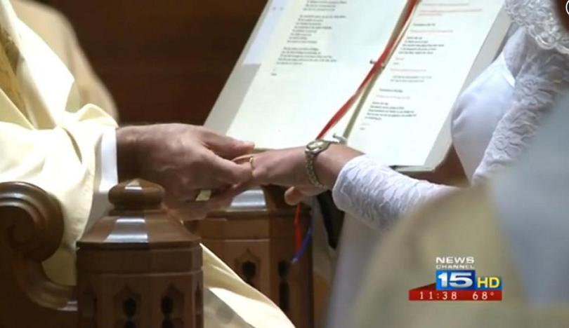 Mulher nos EUA se casa com Jesus Cristo em cerimônia religiosa