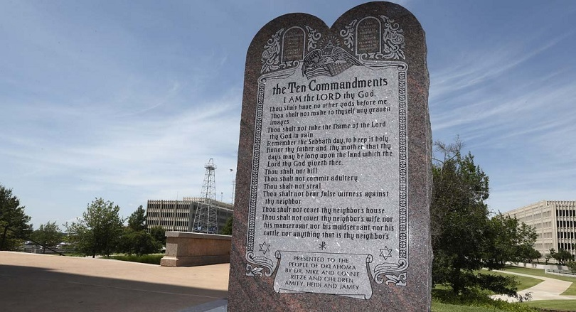 Juiz volta a ordenar que monumento dos Dez Mandamentos seja removido, nos EUA