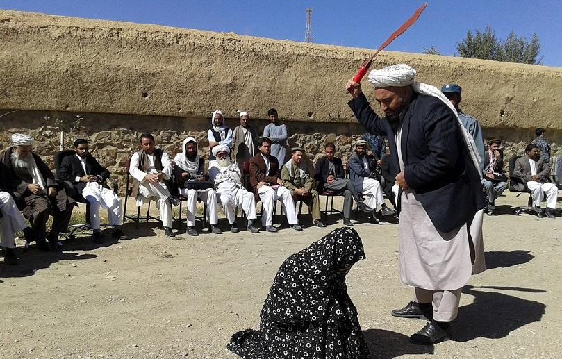 Homem e mulher condenados por adultério levam chibatadas no Afeganistão