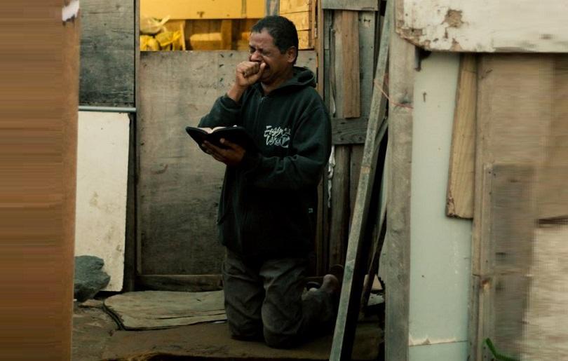 Fotógrafo registra homem orando durante ação de despejo e gera comoção nas redes sociais