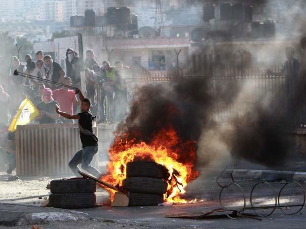 Palestinos e soldados israelenses se enfrentam após enterro de garoto