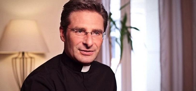 Vaticano expulsará sacerdote que declarou ser gay