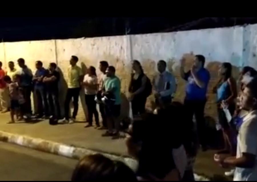 Vigília de oração pelas vítimas da tragédia na creche reúne dezenas de evangélicos;