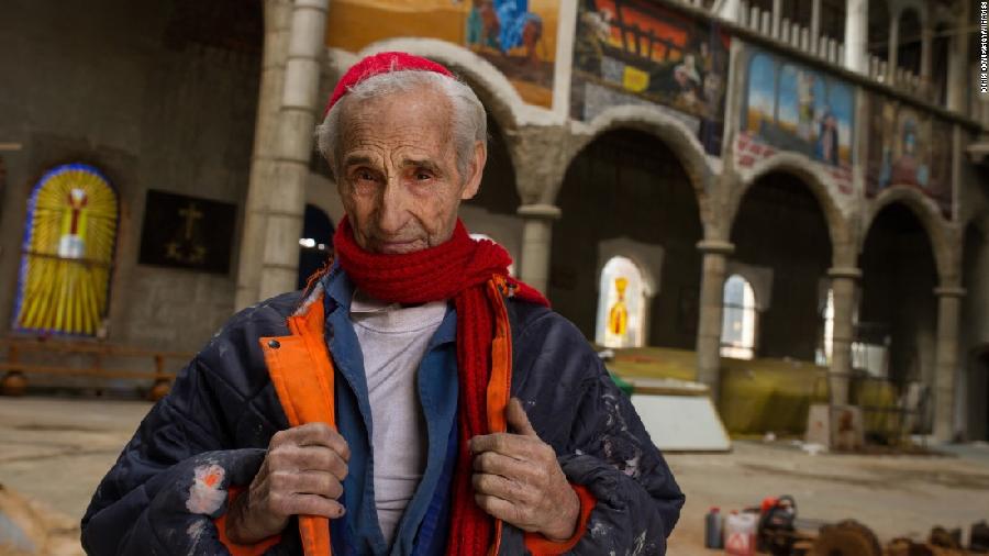 Homem constrói igreja sozinho há 56 anos