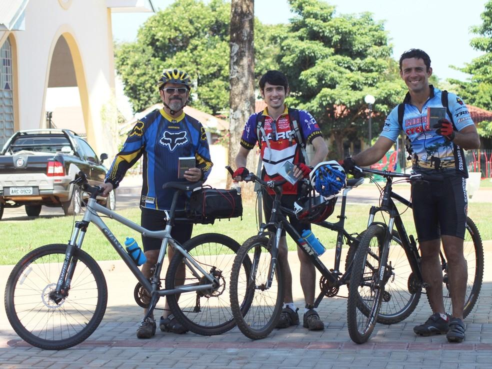 Missionários vão pedalar 200 km para distribuir mil Bíblias no Amapá