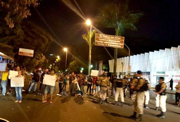 Evangélicos protestam em Belo Horizonte contra exposição acusada de promover pedofilia