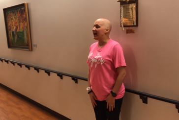 Mulher celebra vitória contra o câncer louvando a Deus em hospital