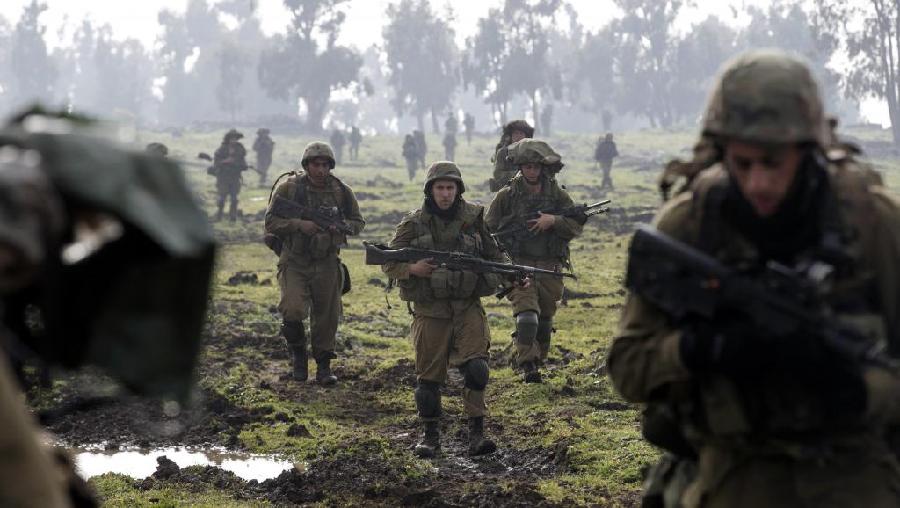 Israel enfrenta Irã e bombardeia base terrorista na Síria, deixando 12 mortos