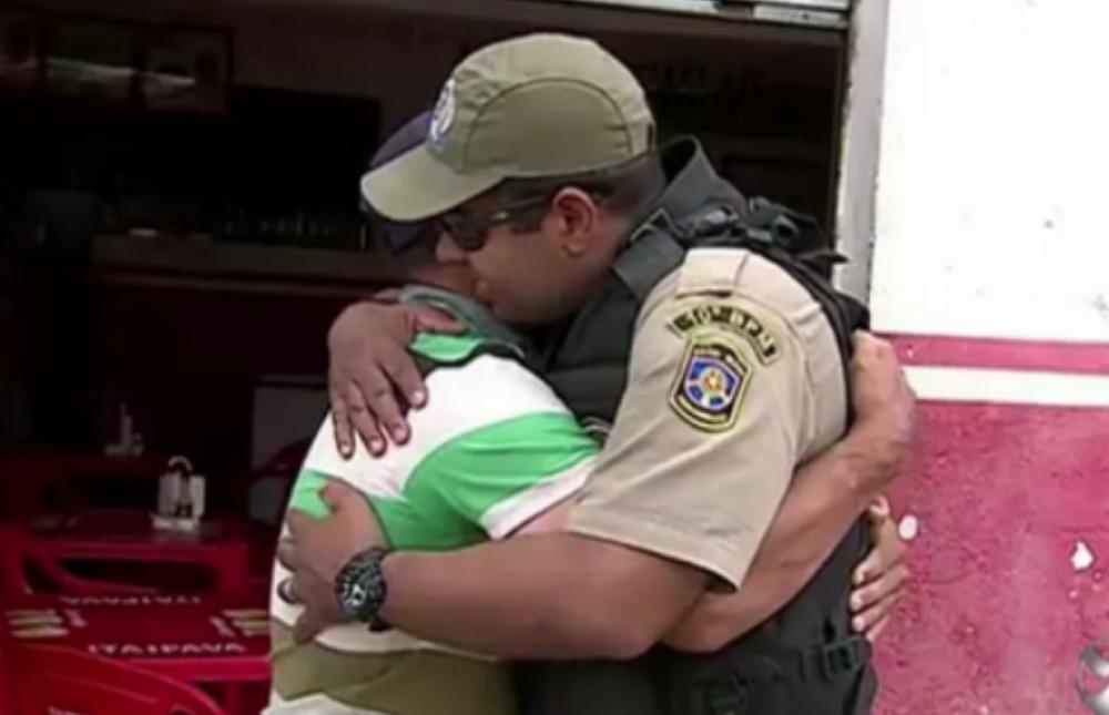 """Homem esfaqueado reencontra policial que fez oração: """"Salvou minha vida"""""""