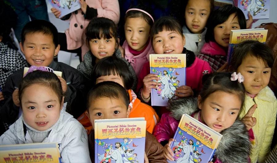 """China proíbe ensino da Bíblia a crianças e pais protestam: """"A fé vem em primeiro lugar"""""""