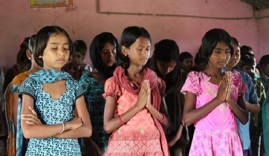"""Meninas são amarradas por vários dias após conversão: """"É difícil, mas queremos Jesus"""""""