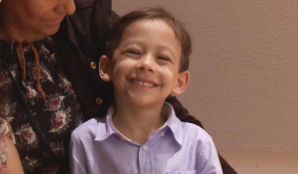 """Após intensas orações da mãe, menino é curado e volta a andar: """"Jesus fez tudo"""""""