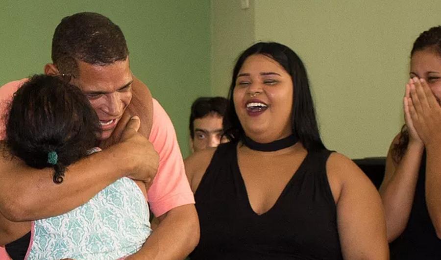 Após 20 anos nas drogas, morador de rua se converte e reencontra família