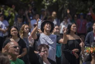 """Cristãos louvam a Deus diante do parlamento da Nova Zelândia: """"Vemos o poder da oração"""""""