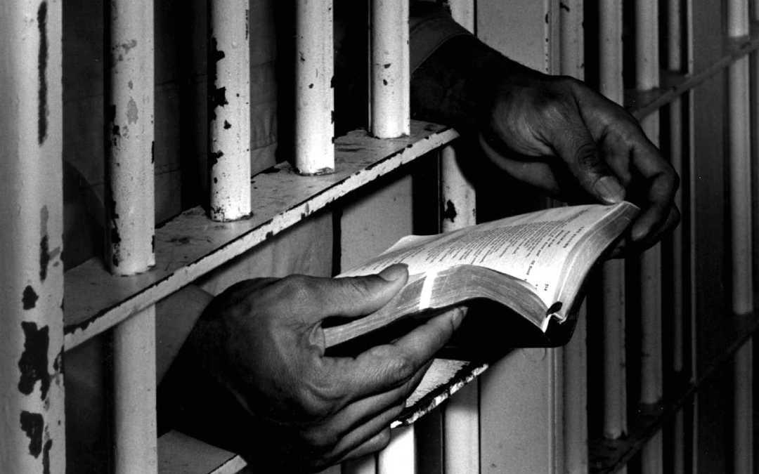 Presidiários poderão ter pena reduzida com leitura da Bíblia, em SP