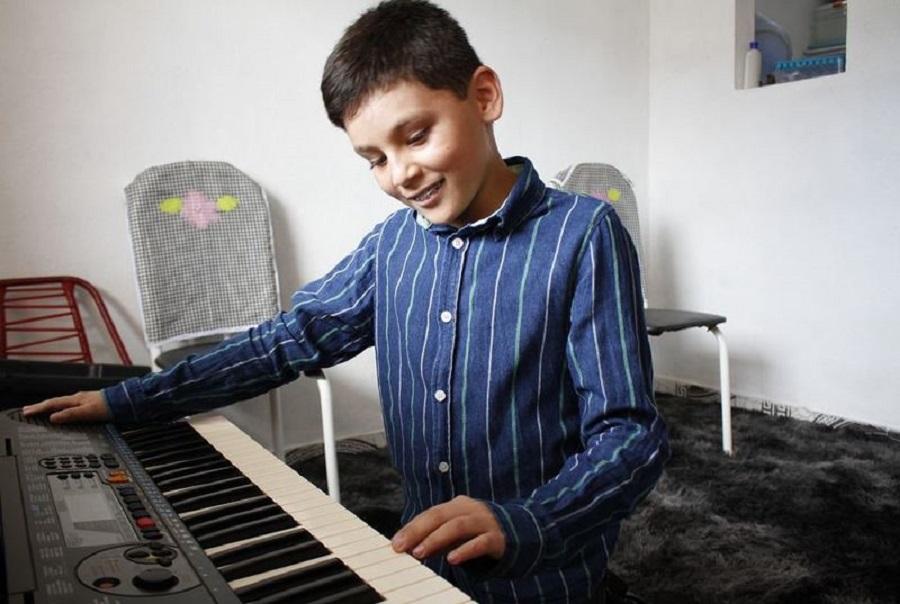 """Sem enxergar, garoto supera deficiência e ministra louvor: """"Jesus me ensinou a tocar"""""""