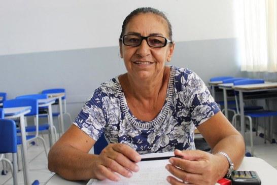 Com o sonho de ler a Bíblia, mulher é alfabetizada aos 59 anos