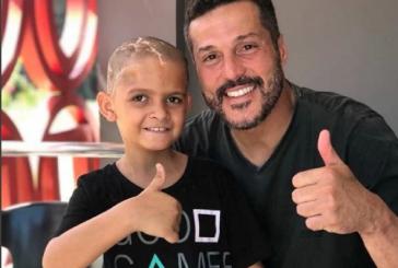 Menino com câncer faz oração com jogadores do Flamengo