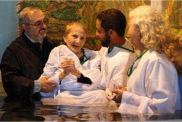 Idosa é batizada aos 102 anos, após ser evangelizada por cuidadora