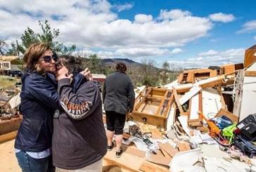 Famílias sobrevivem a um tornado e louvam a Deus em meio aos destroços; assista