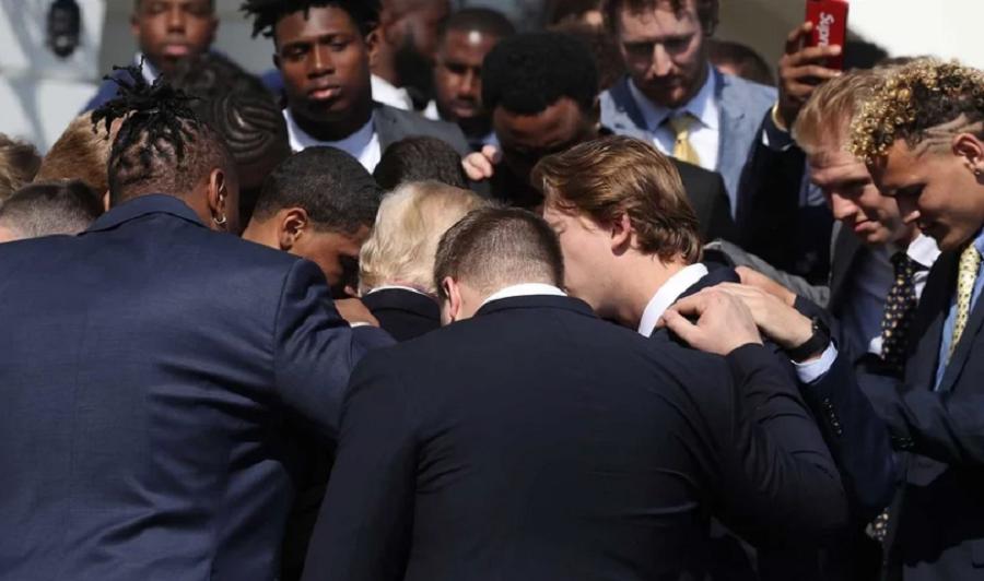Jogadores visitam a Casa Branca e oram pelo presidente Trump