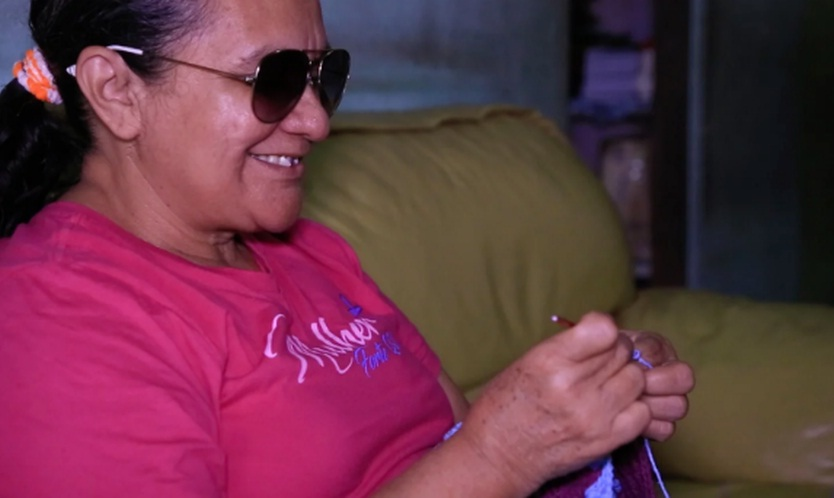 """Mesmo cega, aposentada percorre cidade para evangelizar: """"Não tenho dificuldade nenhuma"""""""