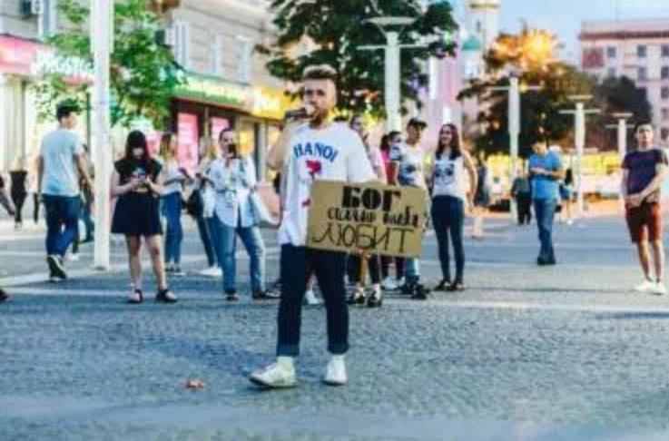 Missionários evangelizam nas ruas de Moscou durante a Copa do Mundo