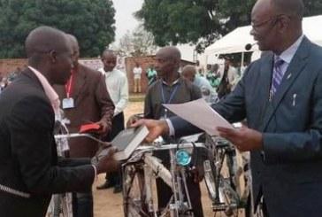 Missionários evangelizam o Congo de bicicleta