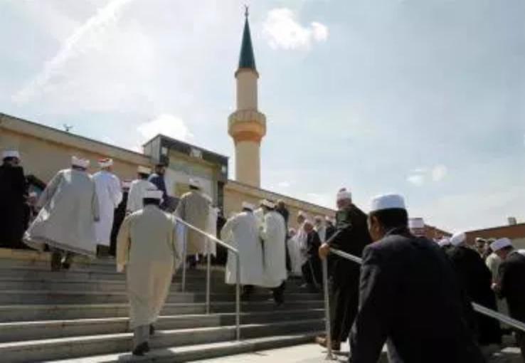 Governo conservador da Áustria fecha sete mesquitas e expulsa líderes muçulmanos
